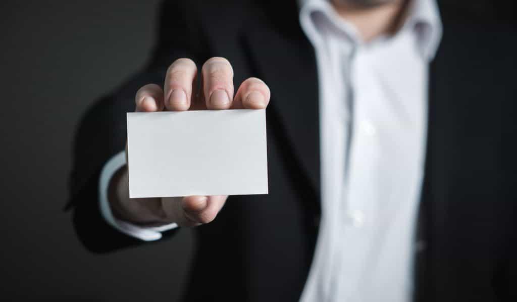 Des flyers et des cartes de visites peuvent augmenter votre visibilité